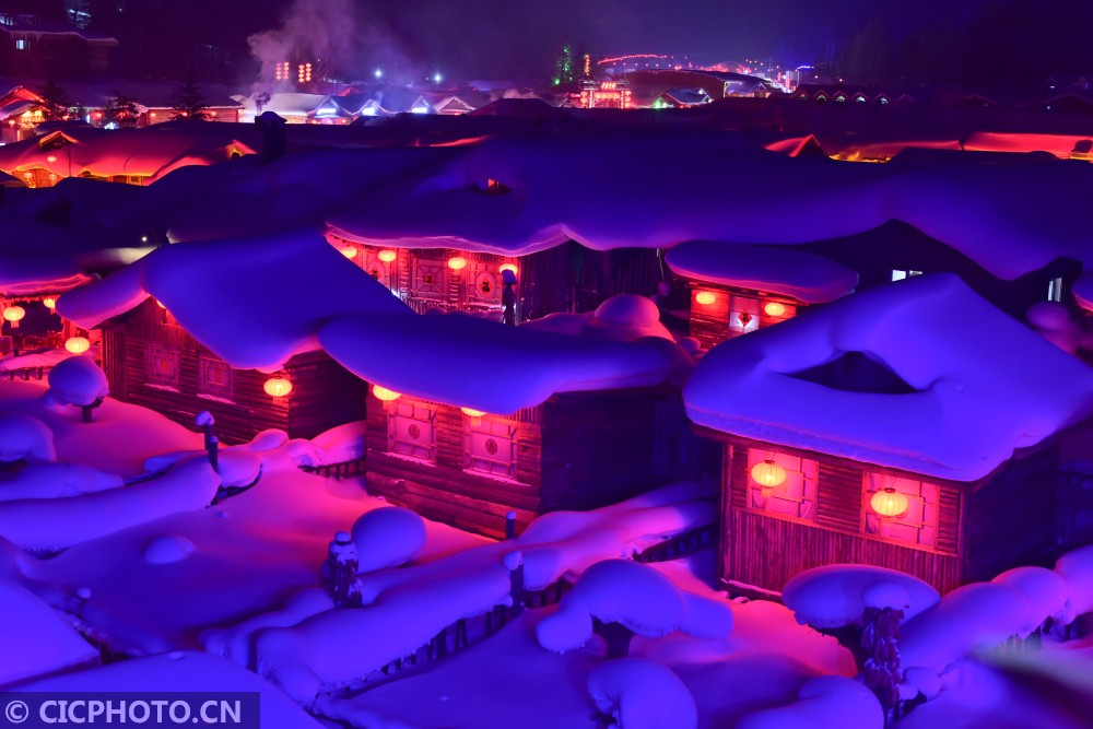 ↑1月18日,在黑龙江省大海林林业局雪乡景区拍摄的农家小院。