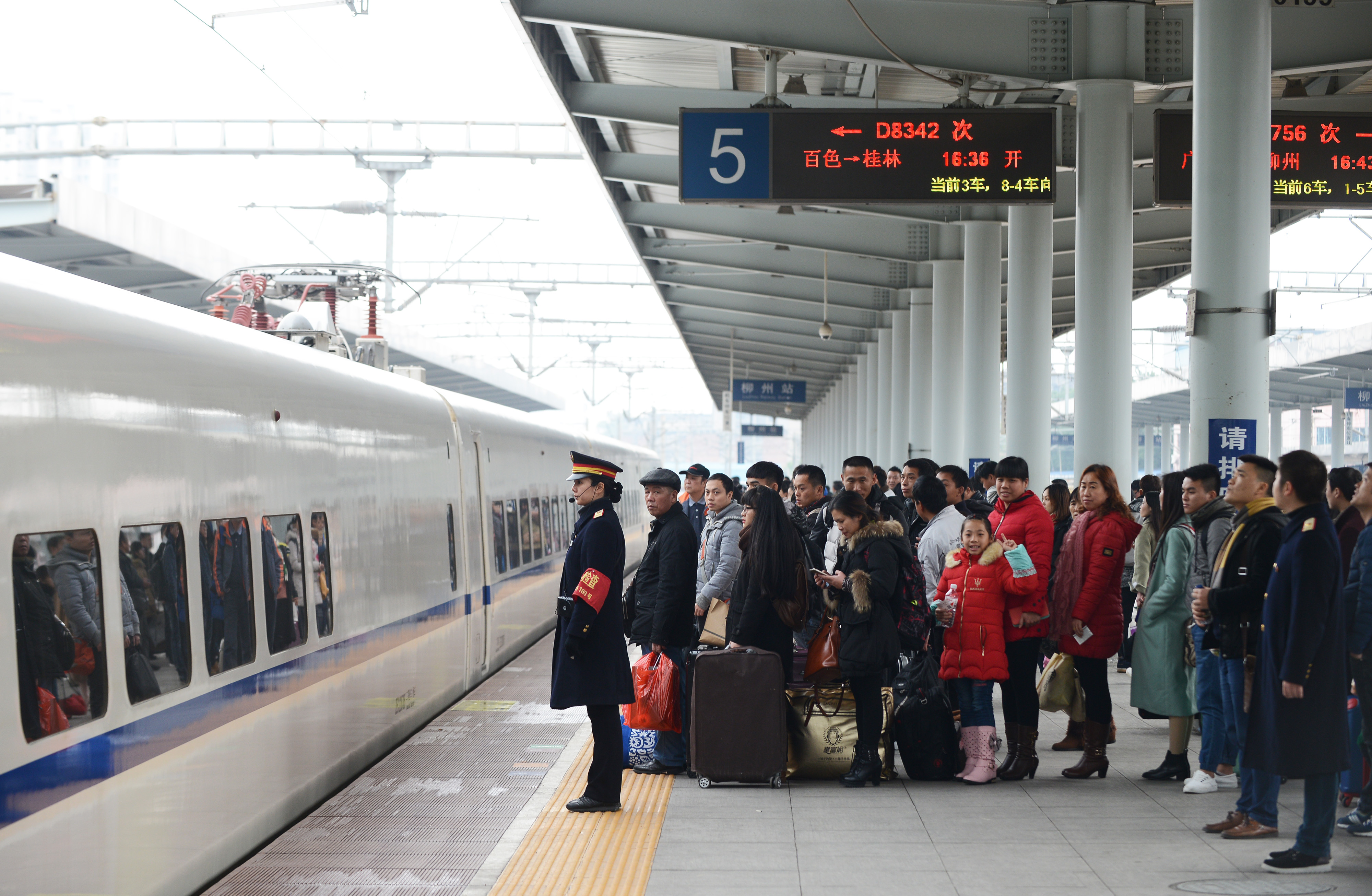 新华社上海1月14日新媒体专电(记者贾远琨)1月13日,2017年春运大幕拉开。对于旅客而言,春运就是回家的路,寄托着思念与期盼。在往年,票难买吃饭贵黄牛倒票等给回家的路添了不少堵,成为旅客的集中吐槽点。2017年春运,旅客能否顺利买到回家的票,千里回家路上是否轻松愉悦,往年的那些槽点如何解决?
