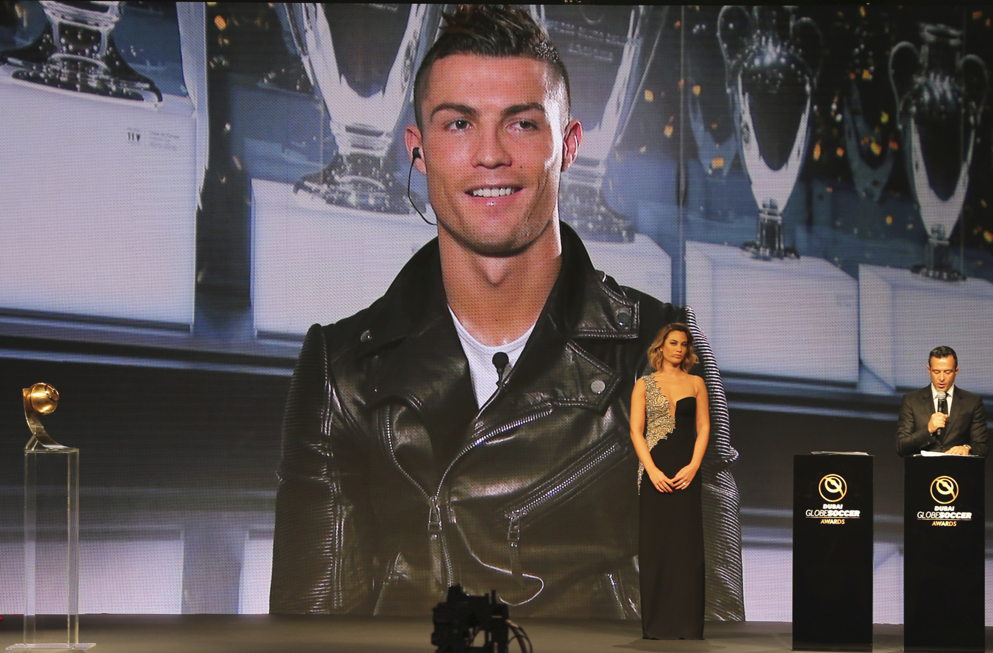 12月27日,C罗获2016年环球足球奖最佳球员奖,图为C罗通过视频连线与现场互动。