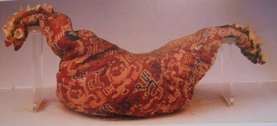 1959年民丰县尼雅夫妻合葬墓出土的鸡鸣枕 东汉(图片均为新疆维吾尔自治区博物馆提供)