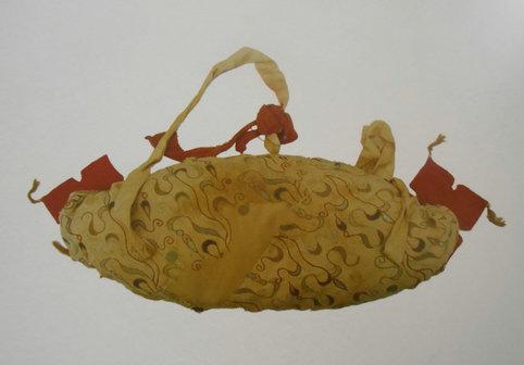 1995年尉犁县营盘15号墓出土的鸡鸣枕 汉晋