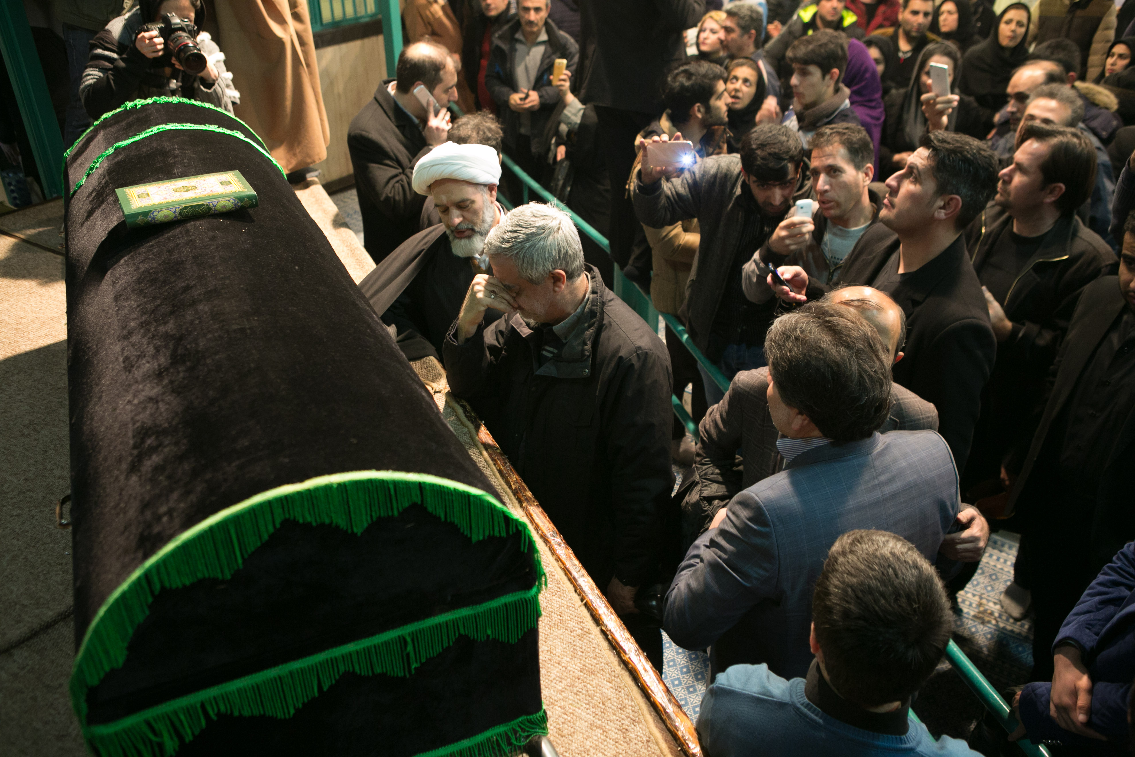 1月8日,在伊朗德黑兰的贾马兰清真寺,人们在伊朗前总统阿克巴尔·哈什米·拉夫桑贾尼的灵柩旁悼念。 新华社发(艾哈迈德摄)