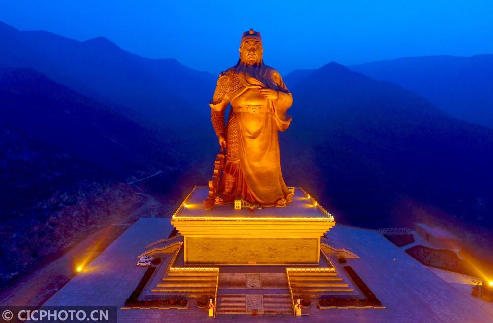 ↑1月3日航拍的山西省运城市盐湖区关帝圣像景区的巨型关公铜像亮灯美景。CICPHOTO/薛俊 摄