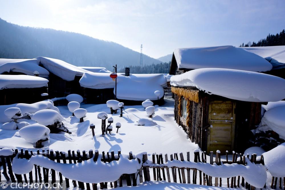 ↑1月19日,在黑龙江省大海林林业局雪乡景区拍摄的农家小院。