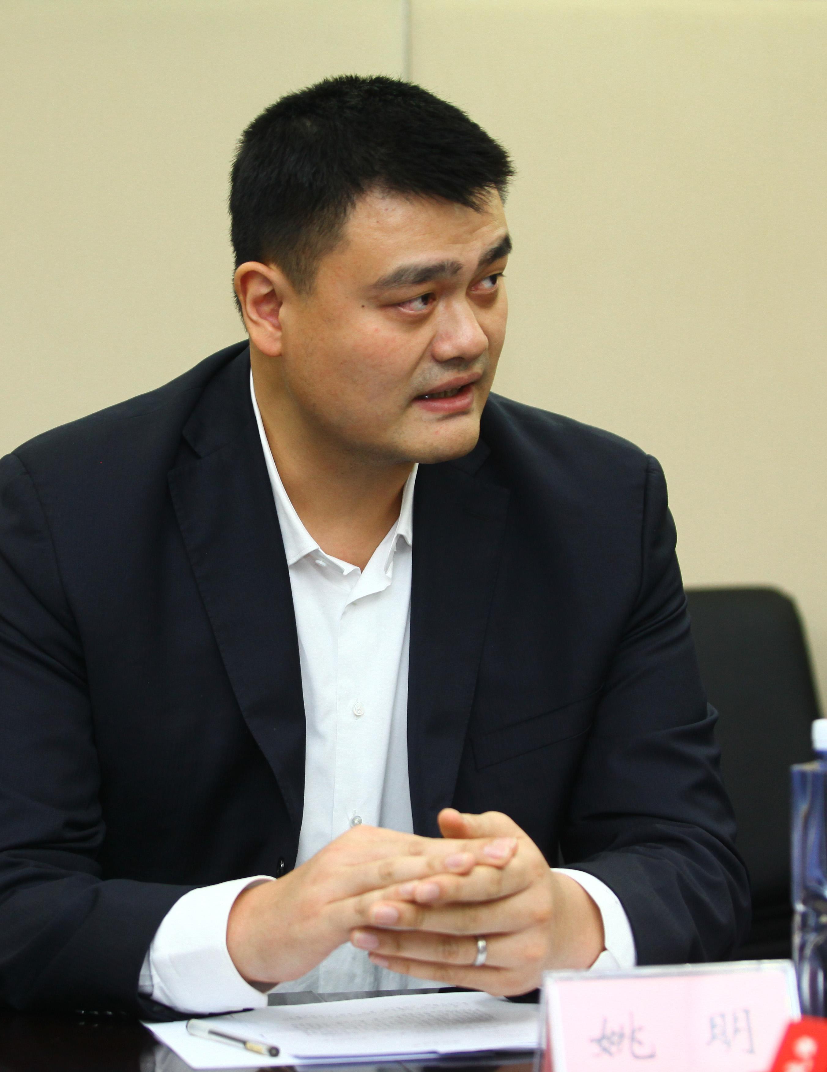 图为姚明在1月9日中国篮协换届会议筹备媒体通气会上
