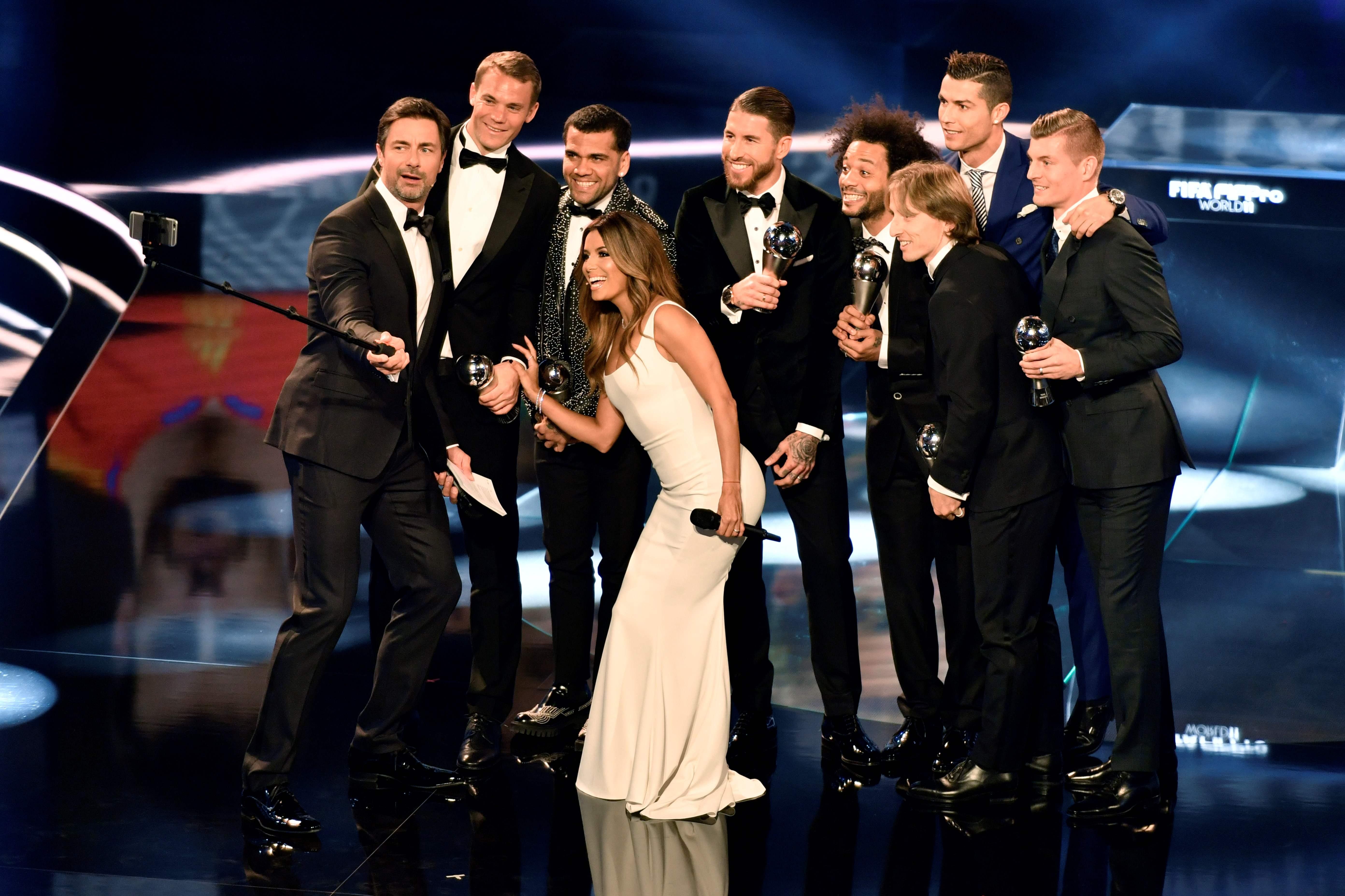 除此之外,C罗还入选FIFA年度最佳阵容。