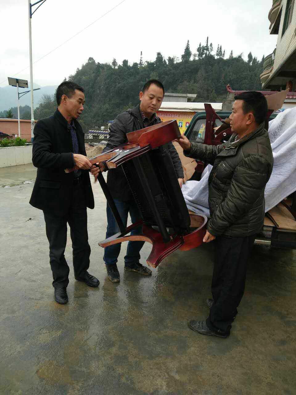 杨华根用自己的皮卡车帮人运送货物。