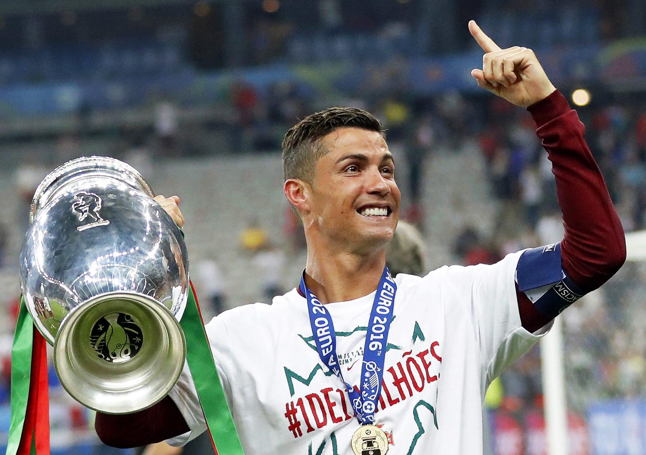 C罗举起德劳内杯,这也是葡萄牙队史上的第一座重大赛事的冠军。