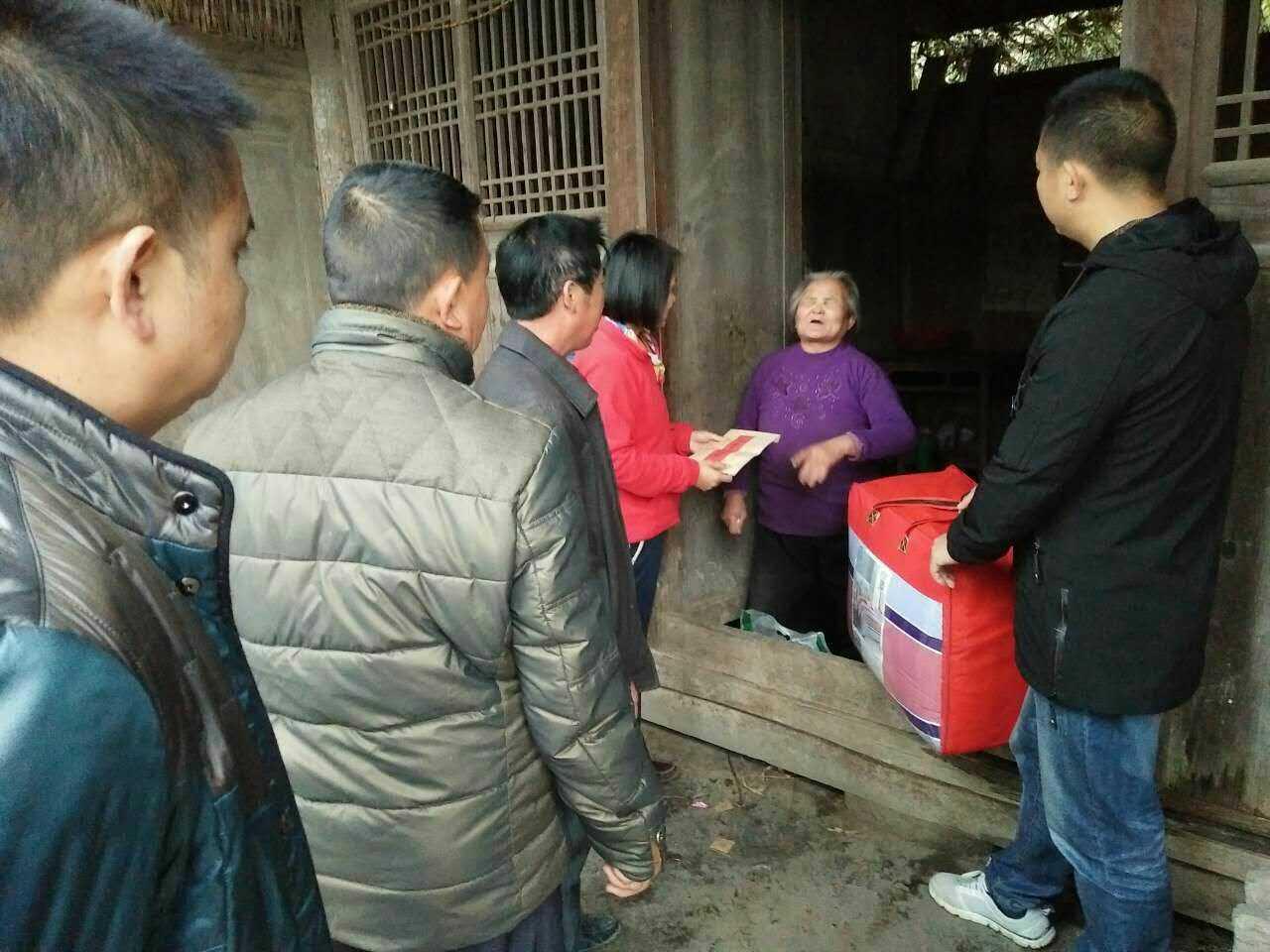 杨华根和人一起慰问困难老人。