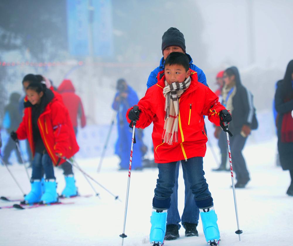 """1月15日,""""2017世界雪日暨国际儿童滑雪节""""活动在贵州六盘水梅花山滑雪场拉开帷幕,本次活动旨在为""""三亿人参与冰雪运动""""打造平台,吸引青少年群体参加冰雪运动。(新华社记者陶亮摄)"""