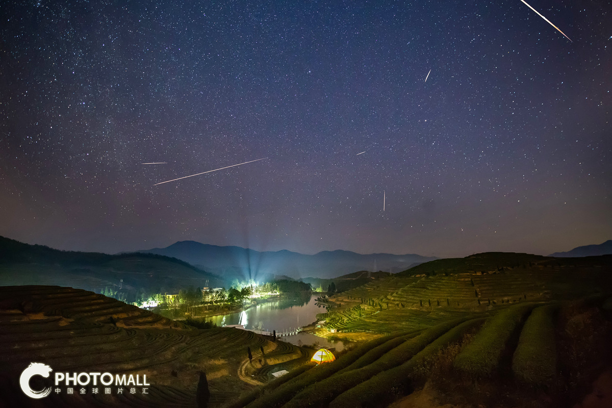↑1月3日在福州市北峰优山茶场拍摄的象限仪座流星雨。(多张照片叠加)CICPHOTO/汤珺琳 摄