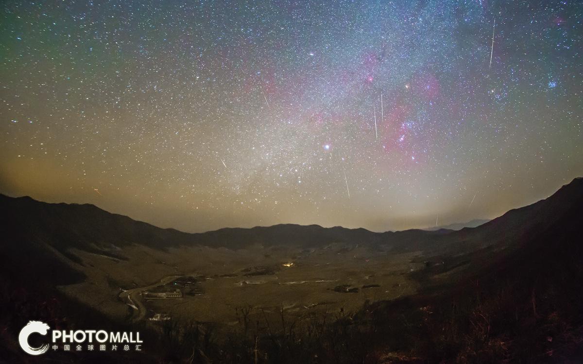↑1月3日在辽宁省岫岩陨石坑上空拍摄的象限仪座流星雨。(多张照片叠加)CICPHOTO/罗程