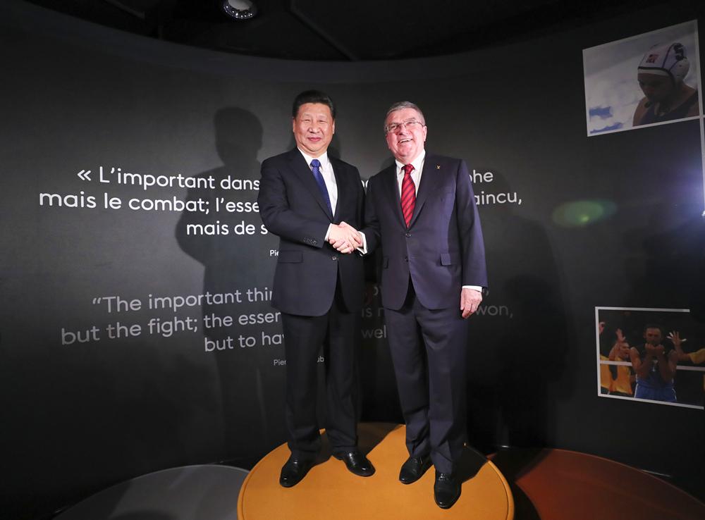 1月18日,国家主席习近平在瑞士洛桑国际奥林匹克博物馆会见国际奥林匹克委员会主席巴赫。这是习近平和巴赫在奥运冠军领奖台上合影。(新华社记者兰红光摄)