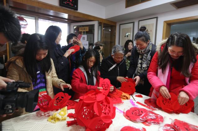 居民们动手做灯笼,欢庆春节