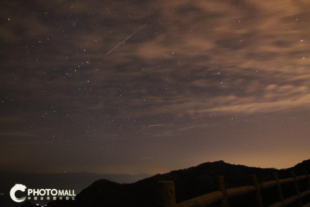 ↑1月4日,流星划过北京妙峰山高山玫瑰园。CICPHOTO/王骏 摄