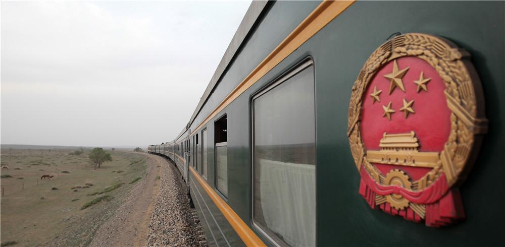 奔驰在内蒙古大草原上的列车,牧民的的牛悠然的吃着草。北京铁路局提供