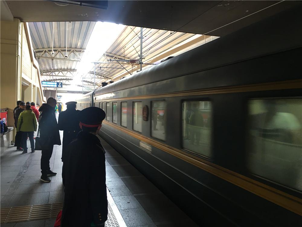 1月23日,莫斯科归来的K4次列车驶入北京站。