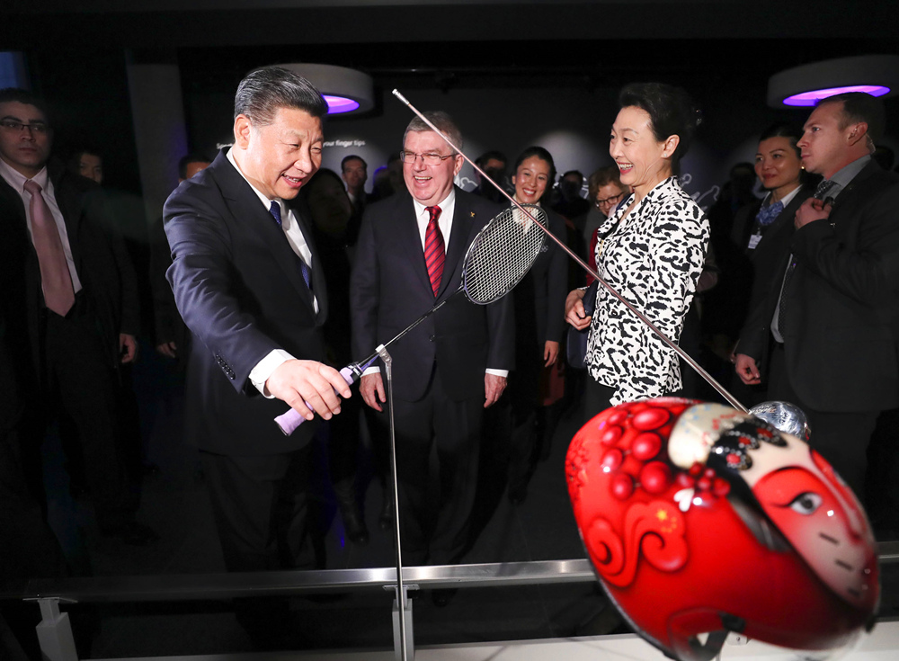 1月18日,国家主席习近平在瑞士洛桑国际奥林匹克博物馆会见国际奥林匹克委员会主席巴赫。这是习近平在巴赫陪同下,参观羽毛球世界冠军李玲蔚用过的球拍。(新华社记者兰红光摄)
