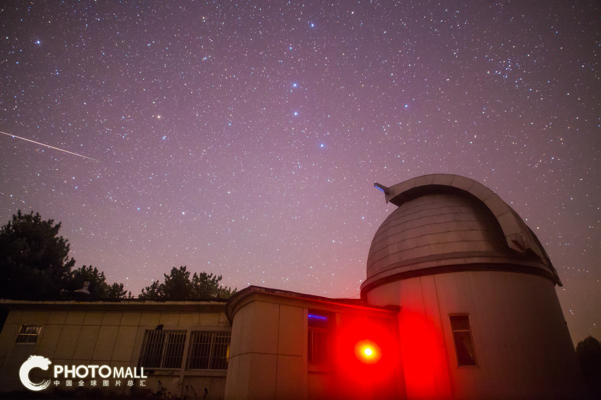 ↑1月4日,一颗流星划过河北国家天文台兴隆观测站上空。CICPHOTO/叶梓颐 摄