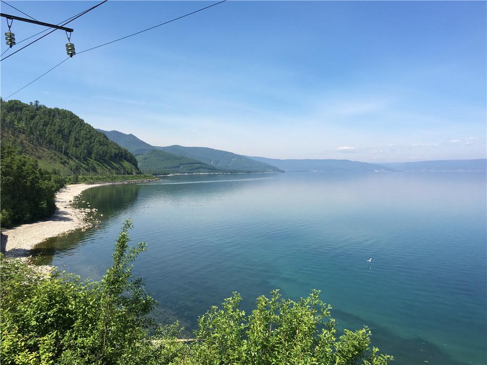 夏日自国际列车上拍摄的贝加尔湖