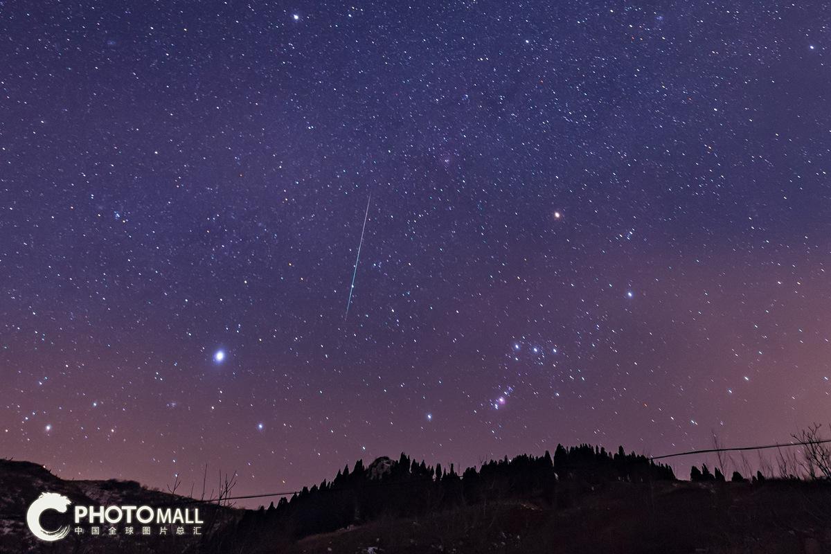 ↑1月3日在济南市章丘区曹范镇拍摄的流星。CICPHOTO/宋洪晓 摄