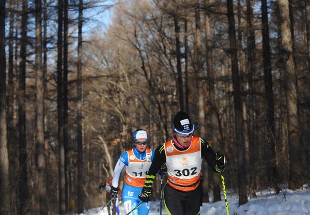 来自30多个国家和地区的1000余位专业选手参加了2017中国长春净月潭瓦萨国际越野滑雪节暨国际雪联50公里积分赛。新华社记者林宏摄