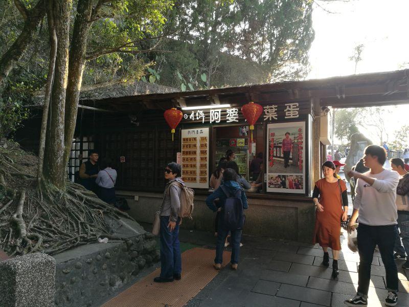日月潭阿婆茶叶蛋店前不见排队长龙。新华社记者吴济海摄
