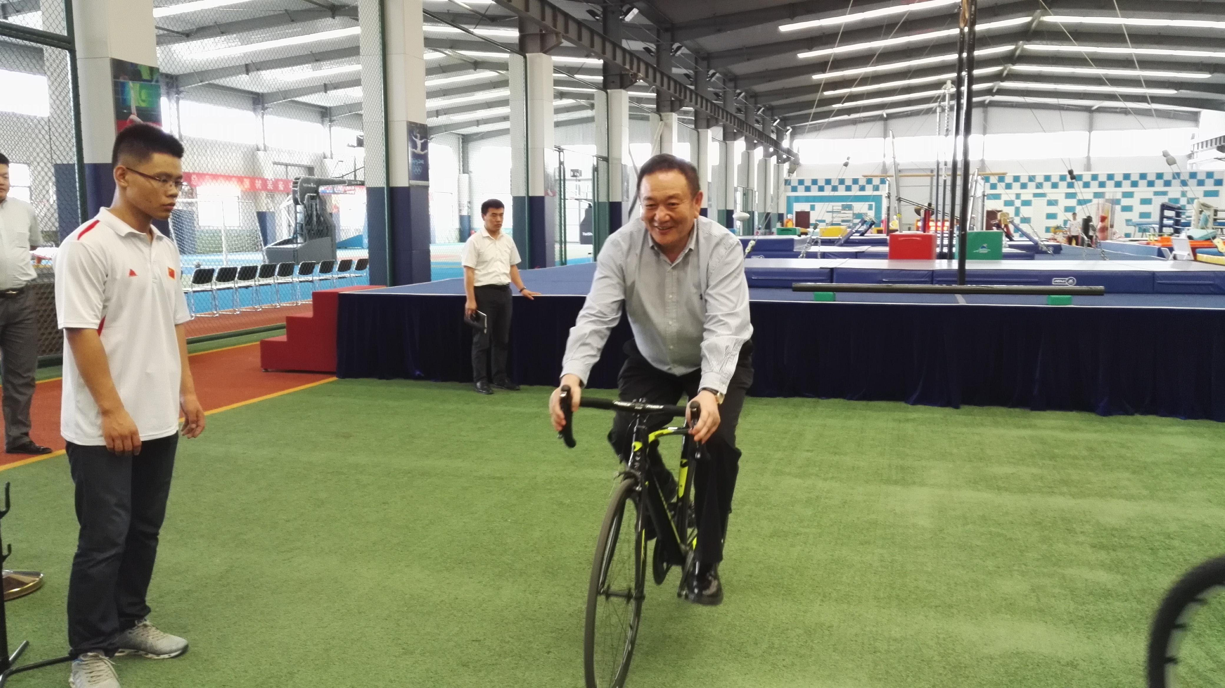 卞志良试骑泰山体育自己研制的高级自行车