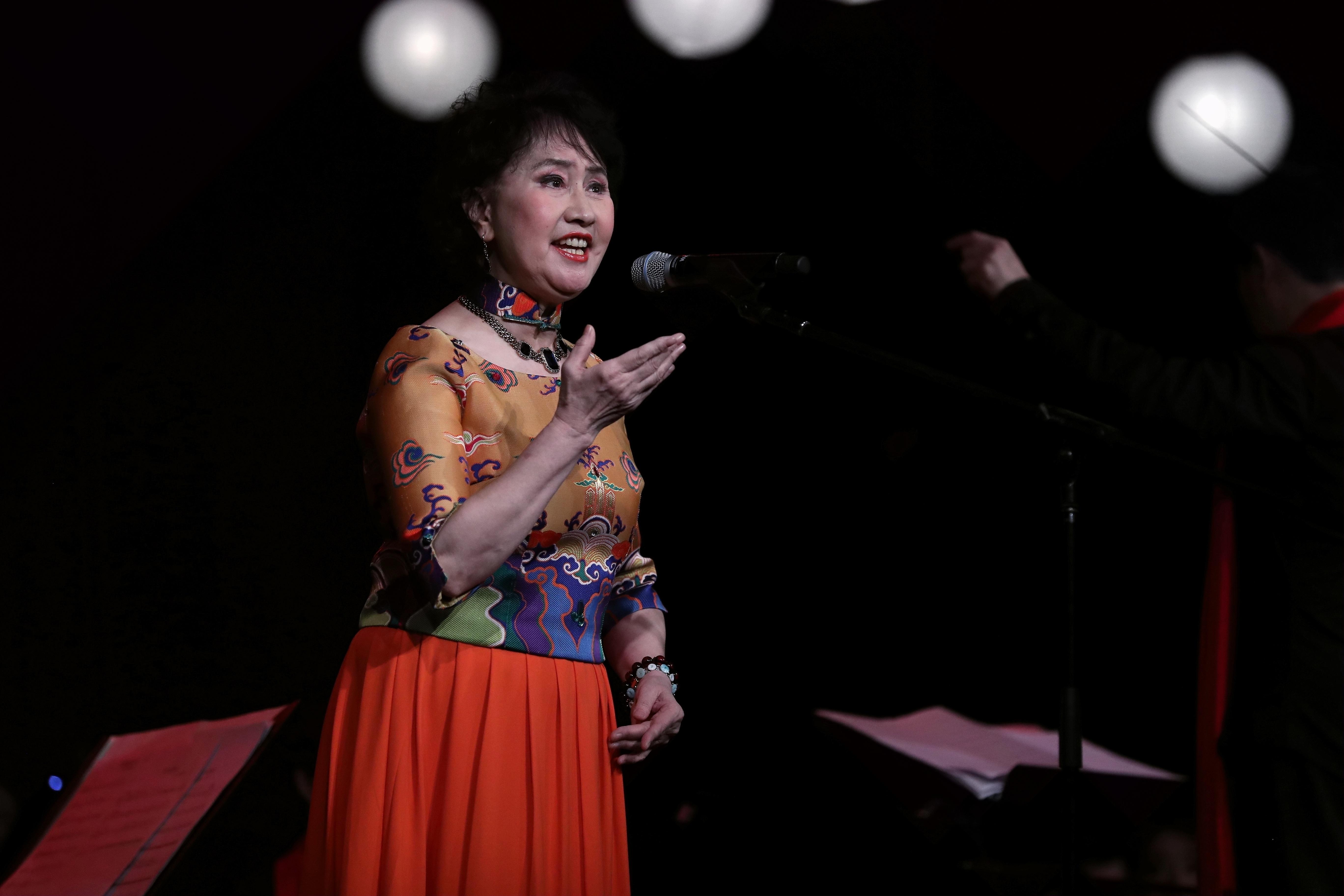 2月1日,马斯卡廷市,冯健雪在音乐会上演唱《女儿歌》。;(新华社记者汪平摄;)