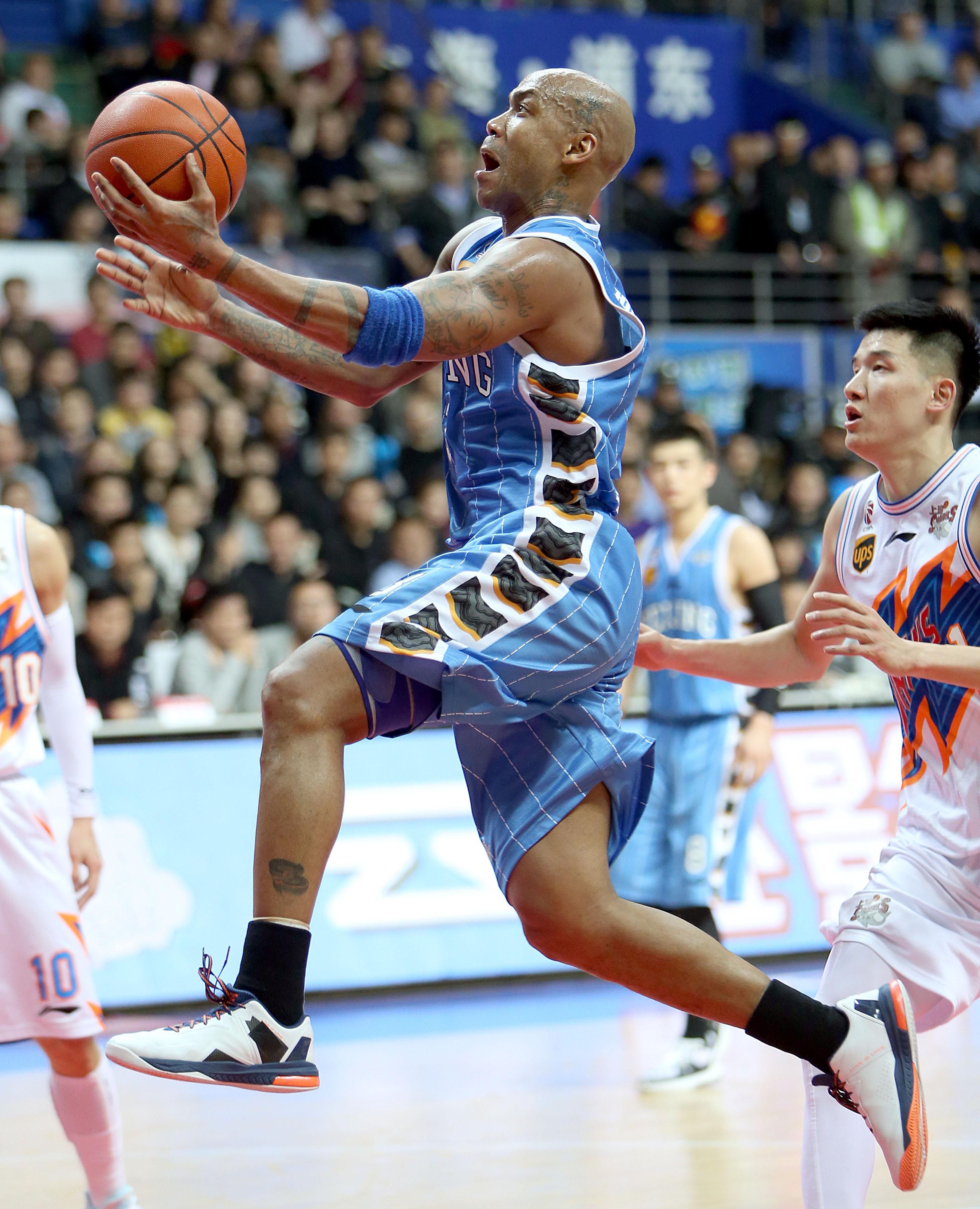 图为2月15日,北京首钢队球员马布里(中)在对阵上海队的比赛中突破上篮。新华社记者凡军摄