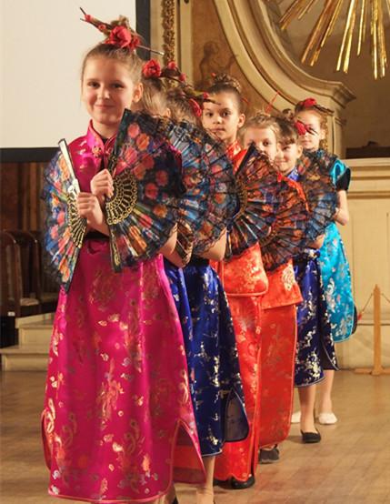 1月28日,第42小学学生表演中国传统舞蹈《扇子舞》。