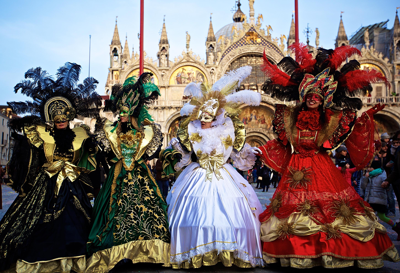 2月12日,在意大利水城威尼斯的圣马可广场,狂欢者摆出造型。(新华社记者金宇摄)