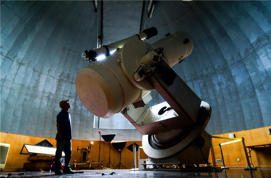 """2016年9月7日晚,一颗潜在威胁小行星2009ES掠过近地点。而9月2日和7日晚,另外两颗近地小行星在地球和月球之间呼啸而过,从天文学角度来看,它们与地球距离仅有""""一根头发""""。新华社记者李响摄"""