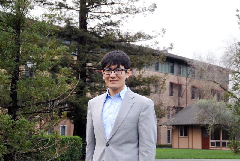 2月7日,邹昊在美国加利福尼亚州北部硅谷地区的斯坦福大学校园里。 新华社记者 马丹 摄