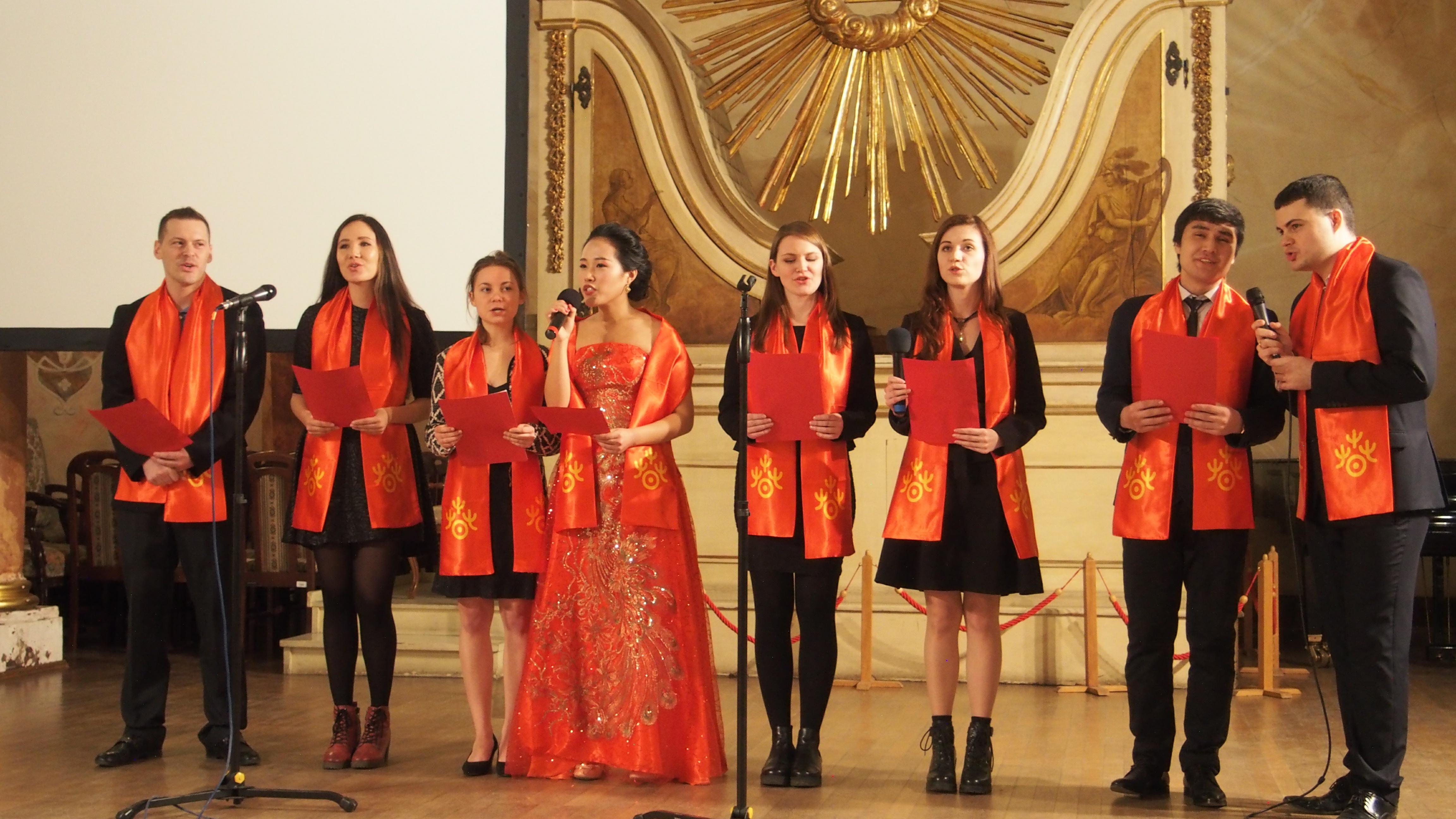 1月28日,弗罗茨瓦夫孔子学院志愿者与高级汉语班学生演唱中国歌曲。