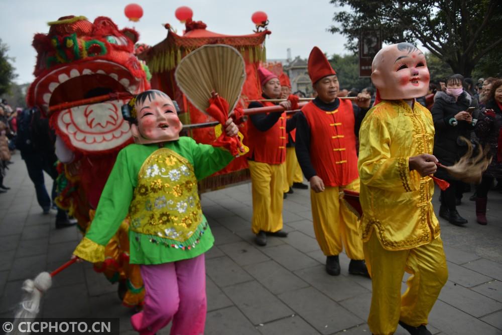 ↑2月8日,德阳市旌阳区孝泉镇农民群众在进行传统民俗游演活动。