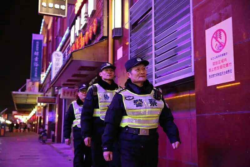 正月初四(1月31日)夜晚,上海松江区民警莫允基在永丰派出所站了自己的最后一班岗。新华社发