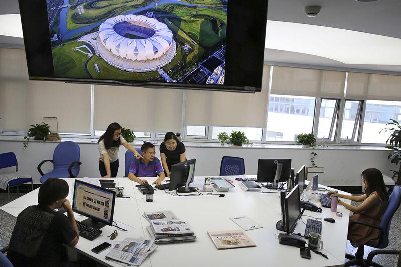 2016年8月30日,中国日报社全媒体平台的编辑们在讨论G20杭州峰会报网融合、新媒体报道方案细节的落实情况。新华社发(匡林华 摄)