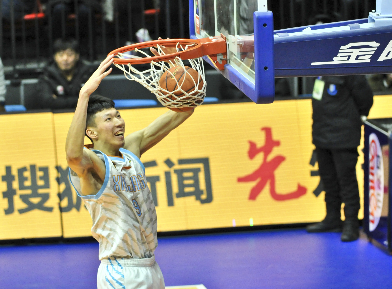 图为 2月17日,新疆队球员周琦在对阵山东队的比赛中扣篮。 新华社记者胡虎虎摄