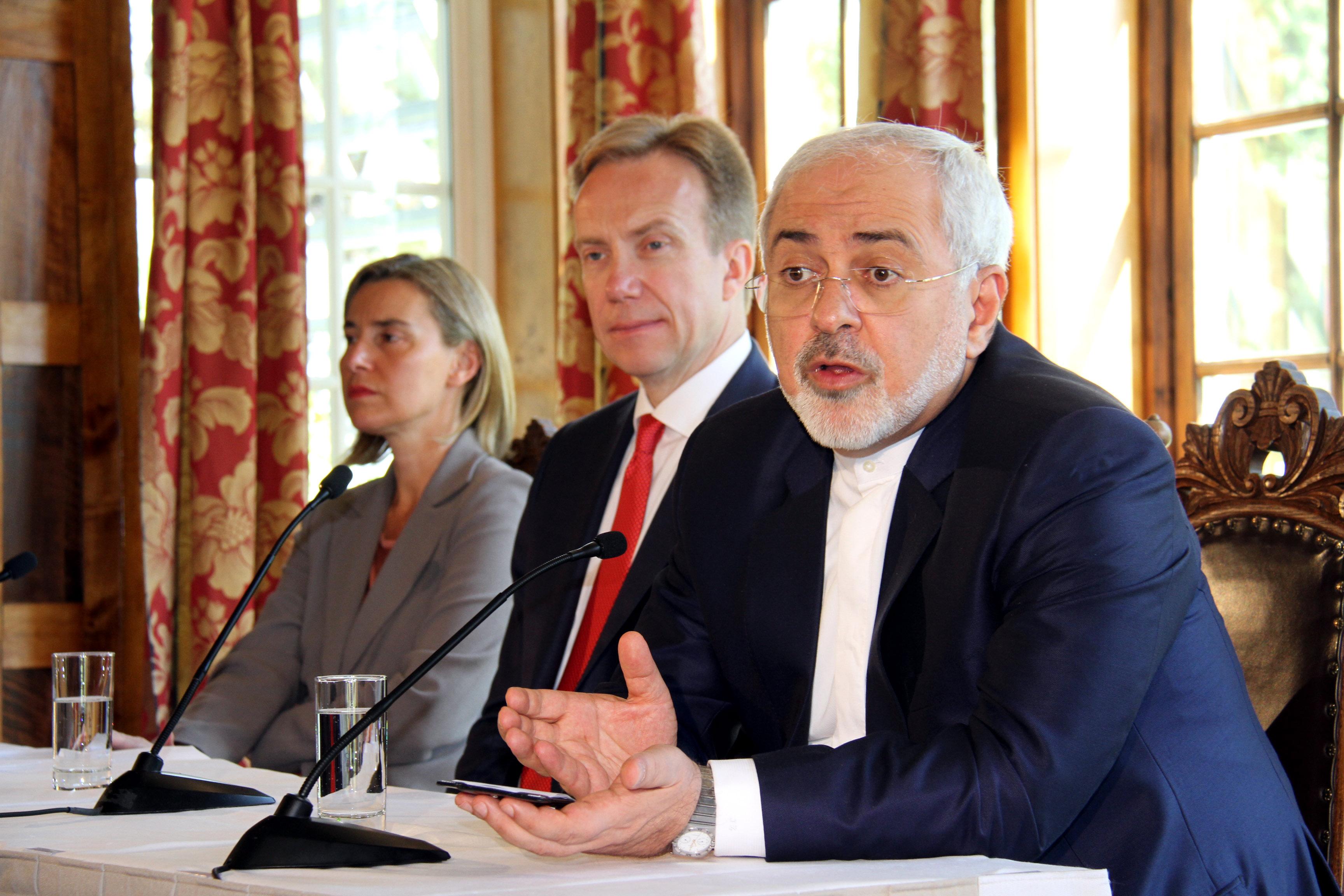 2016年 6月14日,在挪威首都奥斯陆,伊朗外交部长扎里夫(右)在记者招待会上讲话。(新华社记者张淑惠摄)