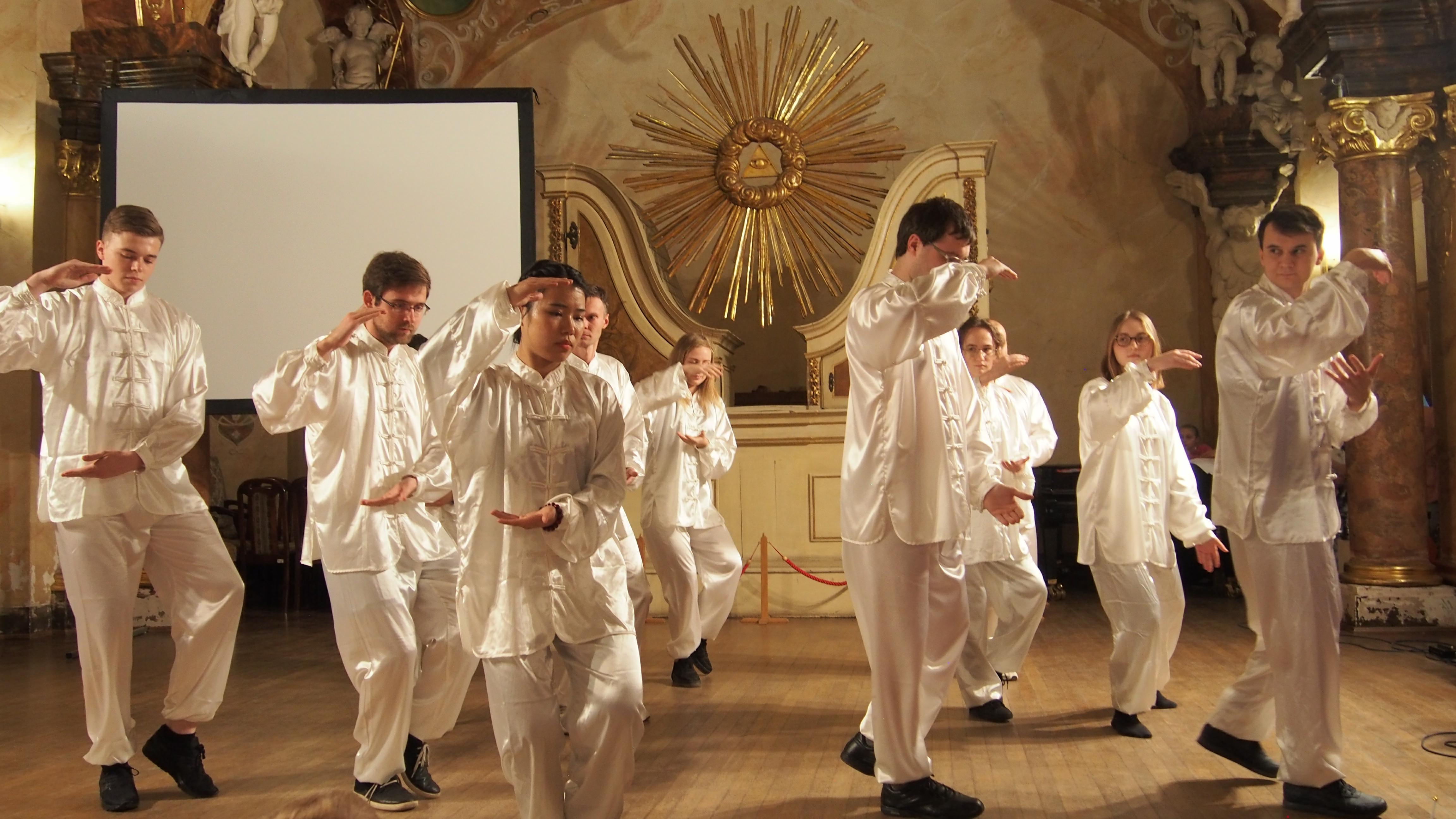 1月28日,弗罗茨瓦夫孔子学院志愿者与商务班学生表演太极拳。
