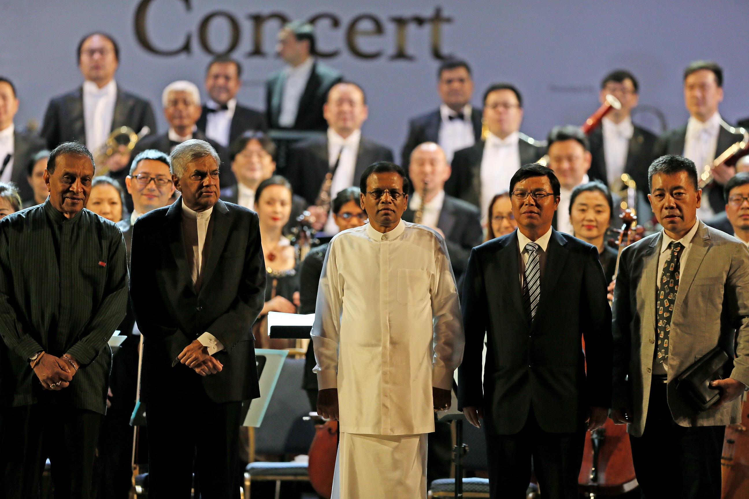 2月6日,科伦坡,总统西里塞纳(中)、总理维克勒马辛哈(左二)等与两国交响乐团合影。;(;新华社记者黄海敏摄;)