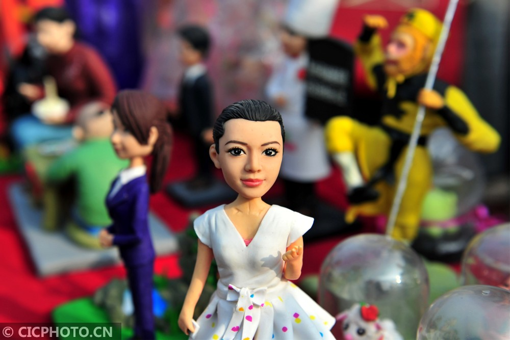 """↑2月10日,湖北省宜昌市夷陵区民间艺人艾民制作的""""都市丽人""""等面塑作品。"""