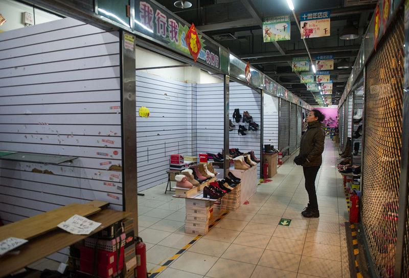2015年1月12日,北京动物园附近已经摘除广告牌的天皓成服装批发市场正式闭市撤离,这是北京动物园周边首个撤离的市场。新华社记者 罗晓光 摄