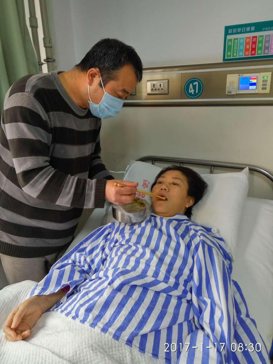 1月17日,换肾手术十天后,张忠祥在医院照顾妻子。新华社发