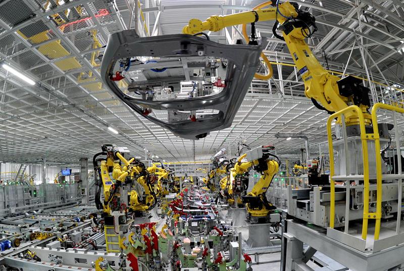 2016年10月18日,机器人在北京现代沧州工厂焊接车间生产线上工作。沧州工厂是北京现代首个京外工厂,项目加配套设施总投资120亿元人民币,年产能达整车30万台、发动机20万台。新华社记者 牟宇 摄