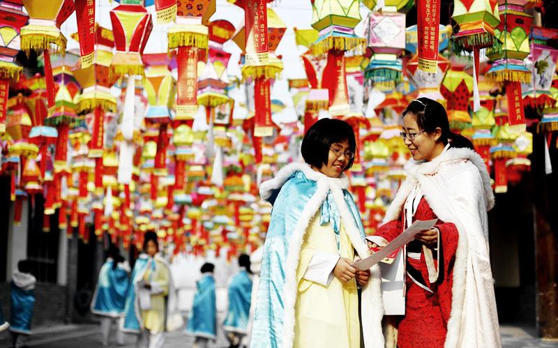 """1月24日,河北省衡水市的孙敬学堂举办""""礼孝冬令营""""活动,通过学习传统礼仪、体验民族乐器等,让少年儿童亲身感受中国传统文化的魅力。新华社记者王晓摄"""