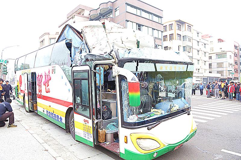 这是2月4日拍摄的发生事故的游览车,新华社发。