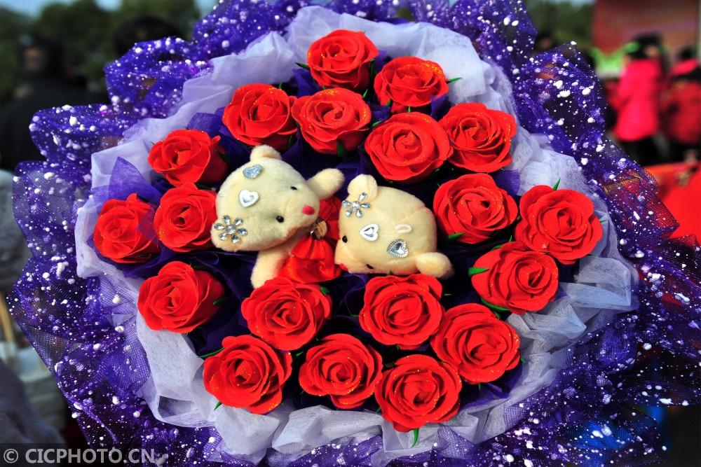 """↑2月10日,湖北省宜昌市夷陵区民间艺人艾民制作的面塑作品""""爱心玫瑰花""""。"""