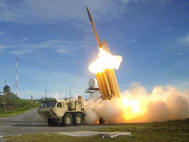 """美军在""""萨德""""拦截试验中发射拦截导弹。(新华/路透)"""